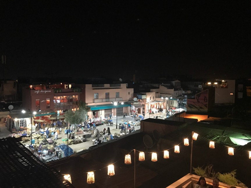 Largo do Café des Épices em Marrakech (à noite)
