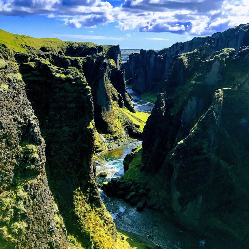 O canyon encantado de Fjaðrárgljúfur